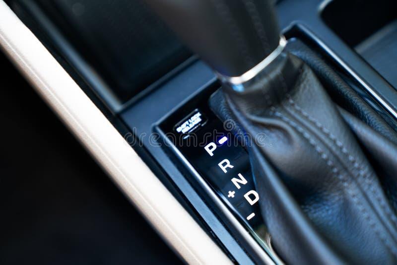 Automatycznego przekazu przekładni dźwignia, przekładni przesunięcie, samochodowy wnętrze obrazy stock