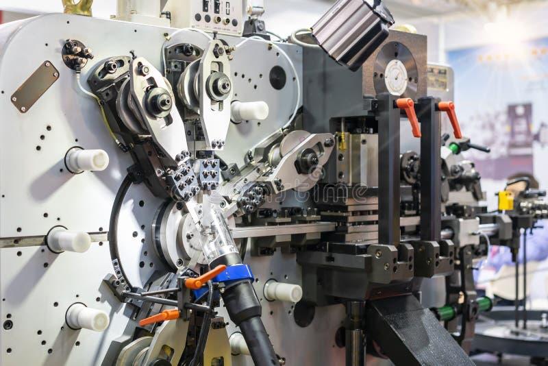 Automatycznej i wysokiej dokładności metalu prześcieradła wielocelowy chylenie lub ciągła szkotowa tworzy maszyna dla procesu pro obrazy royalty free