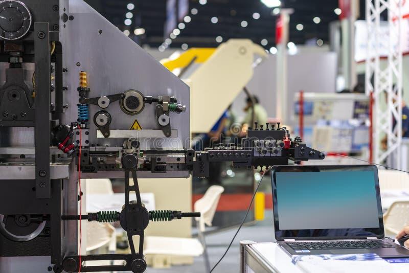 Automatycznej i wysokiej dokładności metalu prześcieradła wielocelowy chylenie lub ciągła szkotowa tworzy maszyna dla procesu pro fotografia stock
