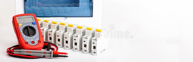 Automatyczni obwodów łamacze, cyfrowy multimeter Akcesoria dla bezpiecznej i bezpiecznie elektrycznej instalacji Elektryczny wypo zdjęcia stock