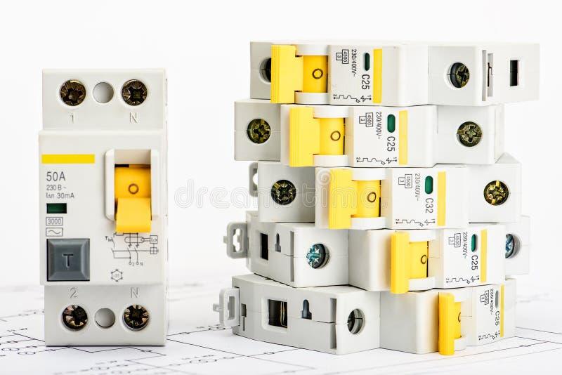 Automatyczni obwodów łamacze, groszaka sedna pojedynczy kabel Akcesoria dla bezpiecznej i bezpiecznie elektrycznej instalacji ele fotografia royalty free