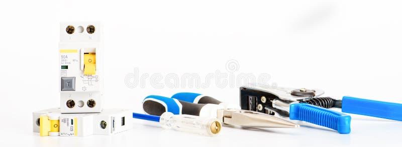 Automatyczni obwodów łamacze, groszaka sedna pojedynczy kabel Akcesoria dla bezpiecznej i bezpiecznie elektrycznej instalacji ele fotografia stock
