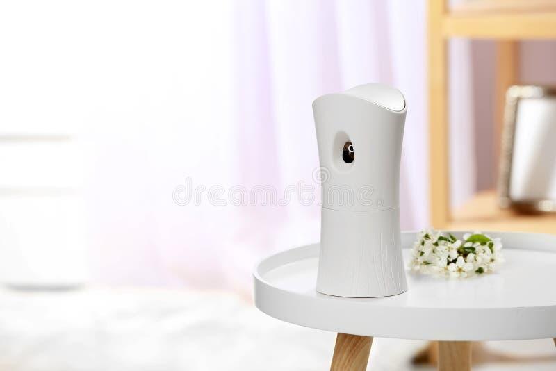 Automatyczny lotniczy freshener na stole fotografia stock