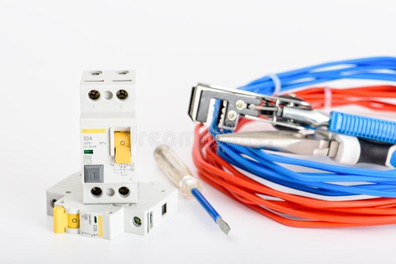 Automatyczny obwodów łamaczy, kablowego i cyfrowego multimeter na białym tle, urz?dzenia elektryczne Akcesoria dla elektrycznego obraz royalty free