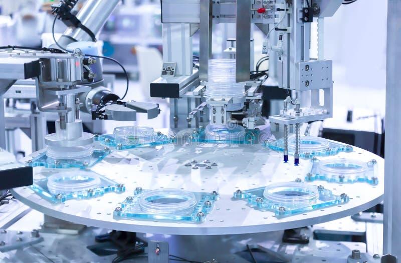 Automatyczny robot w linii montażowej pracuje w fabryce Mądrze facto fotografia royalty free