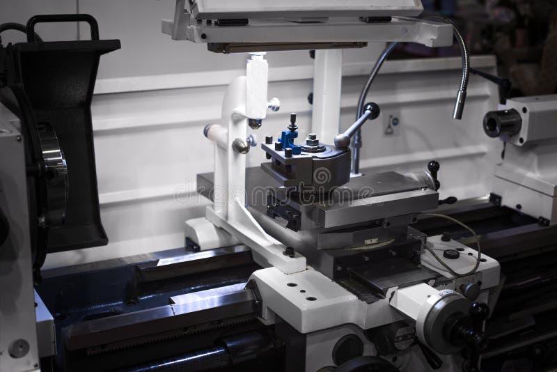Automatyzujący mechaniczny cnc pracuje w przemysłowej fabryce fotografia stock