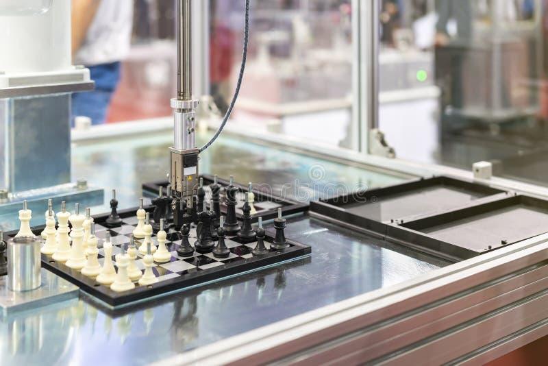 Automatyzujący modelarski system sprawdza workpiece próbki szachy na szachowej desce w fabryce i sortuje obchodzić się i ruchu zdjęcie royalty free