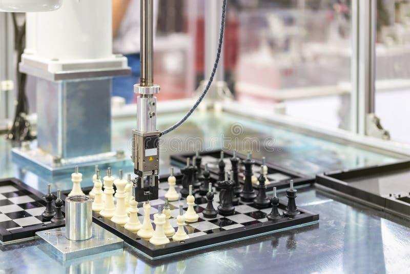 Automatyzujący modelarski system sprawdza workpiece próbki szachy na szachowej desce w fabryce i sortuje obchodzić się i ruchu obrazy stock