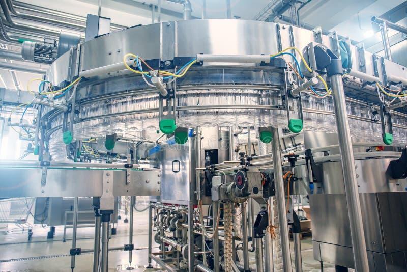Automatyzujący przemysłowy maszynowego narzędzia konwejeru wyposażenie dla butelkować sok w klingeryt butelki w napój fabryki wnę fotografia stock