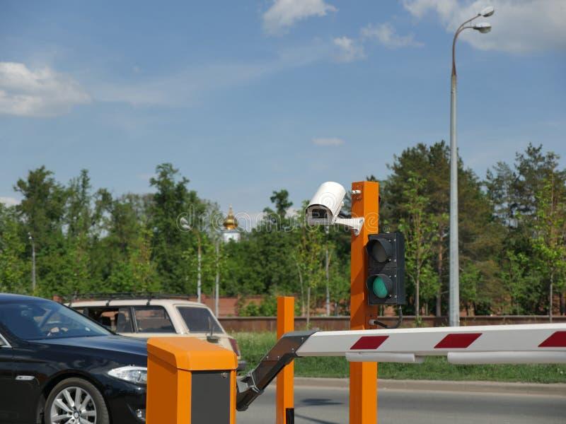 Automatyzujący samochodowy parking z CCTV CCTV kamery tablica rejestracyjna obraz royalty free