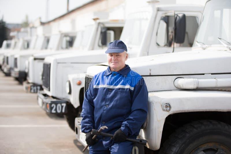 Automechanics i gamla lastbilar royaltyfri foto