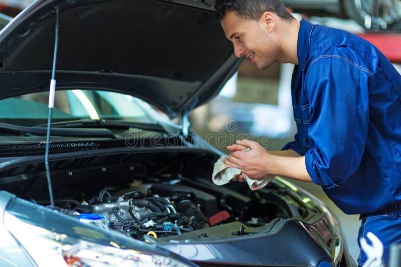Automechaniker, der an einem Auto arbeitet lizenzfreie stockfotografie
