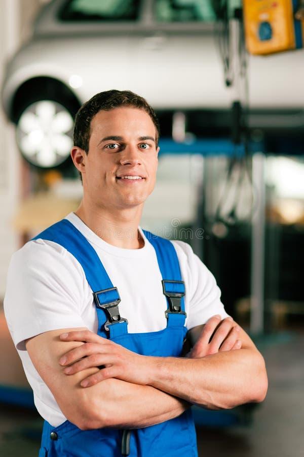 Automechaniker in der Werkstatt stockfotografie