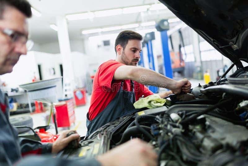 Automechaniker, Die In Automobil-Service-Center Arbeiten Stockfoto ...