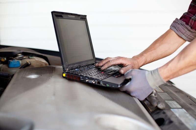Automechaniker mit Laptop stockfotos