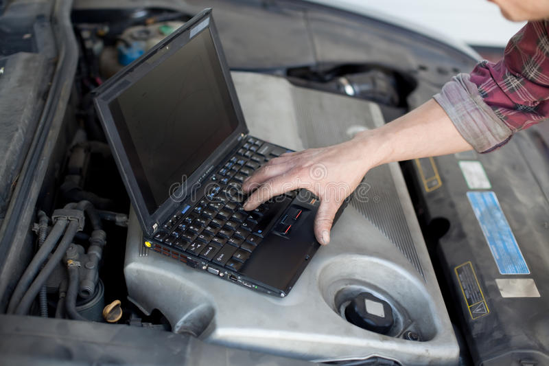 Automechaniker mit Laptop lizenzfreie stockbilder