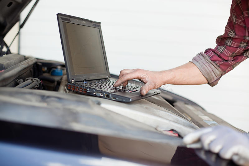 Automechaniker mit Laptop stockfoto