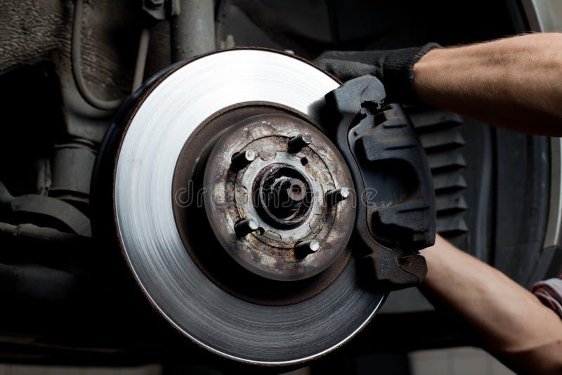Automechaniker-Reparatur-Bremsbeläge stockfotos