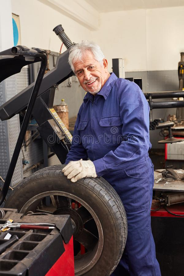 Automeester met ervaring in het houden van banden stock afbeelding