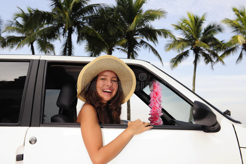 Automiete: glückliche Frau in ihrem Auto nahe dem Strand lizenzfreies stockfoto