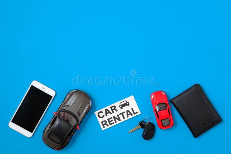 Automietservice-Netzfahnenschablone Zusammensetzung mit Smartphone, Spielzeugautos, Fahrzeugschlüssel, dem Führerschein und Tex stockbild