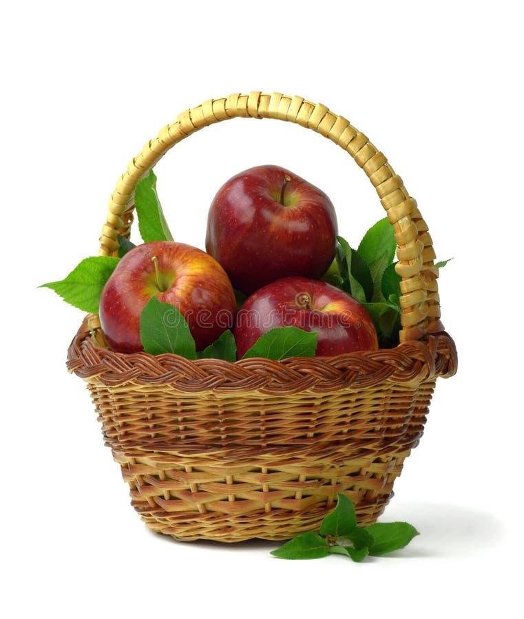 Automne Été Pommes organiques dans un panier Vitamines Le concept d'une alimentation saine et d'un mode de vie D'isolement image stock