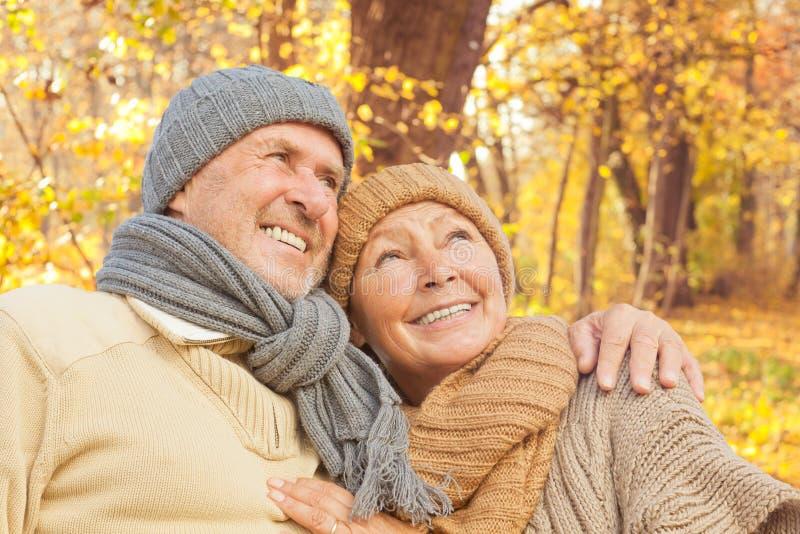 Automne aîné d'automne de couples photo stock