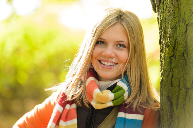 Automne blond de sourire d'arbre en bois de fille d'adolescent image libre de droits