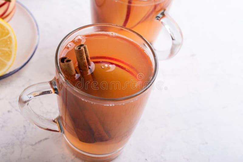 Automne confortable chaud et boissons de cidre chauffées par hiver avec des tranches de pomme image libre de droits
