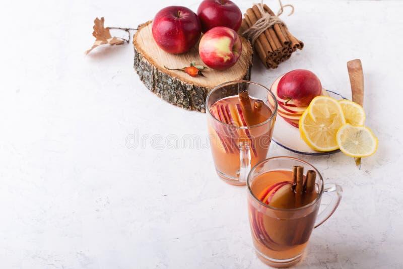 Automne confortable chaud et boissons de cidre chauffées par hiver avec des tranches de pomme photographie stock