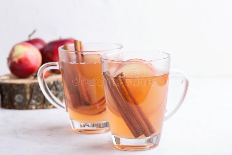Automne confortable chaud et boissons de cidre chauffées par hiver avec des tranches de pomme image stock