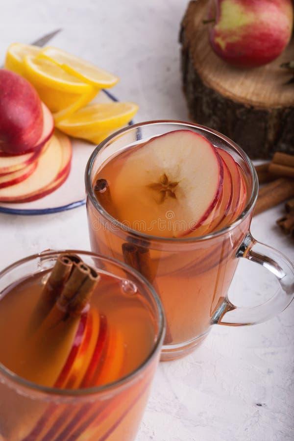Automne confortable chaud et boissons de cidre chauffées par hiver avec des tranches de pomme photos stock