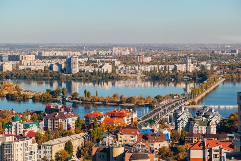 Automne d'or ensoleillé Voronezh Vue aérienne de taille de toit de gratte-ciel au pont de Chernavsky par la rivière de Voronezh photos libres de droits