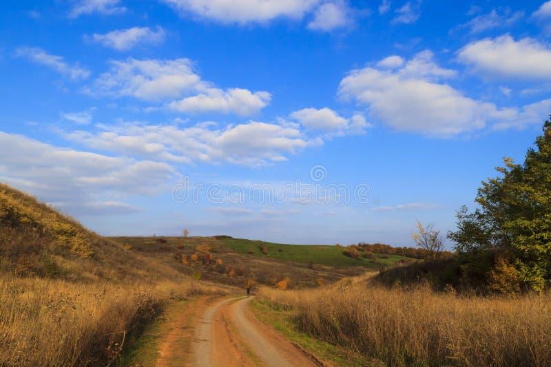 Automne dans la campagne Chemin de terre entre les collines photos stock