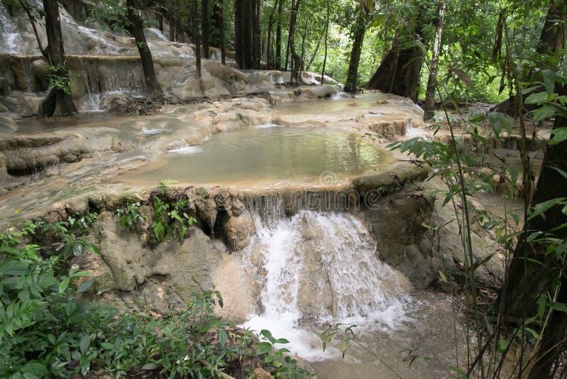 Automne de l'eau de Wang-Sai-lanière chez Satun, Thaïlande photos stock