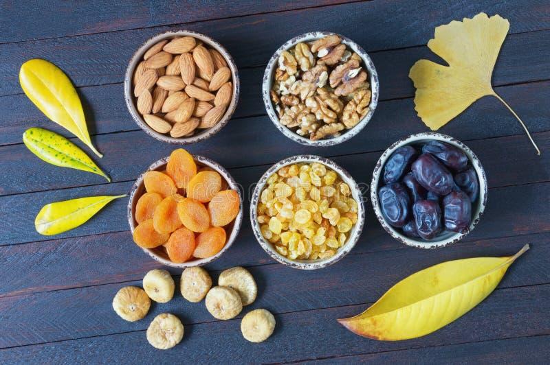 Automne Diverses noix et fruits secs Configuration plate photos stock