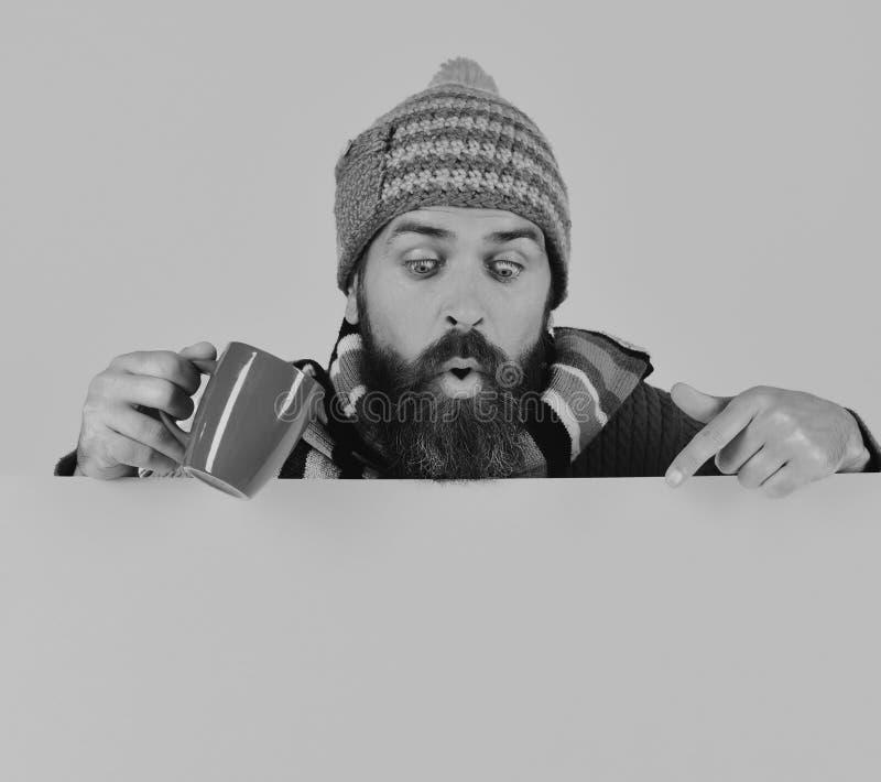 Automne et concept chaud de boissons Boissons et temps confortable de saison Le hippie avec la barbe et le visage étonné prend le photos libres de droits