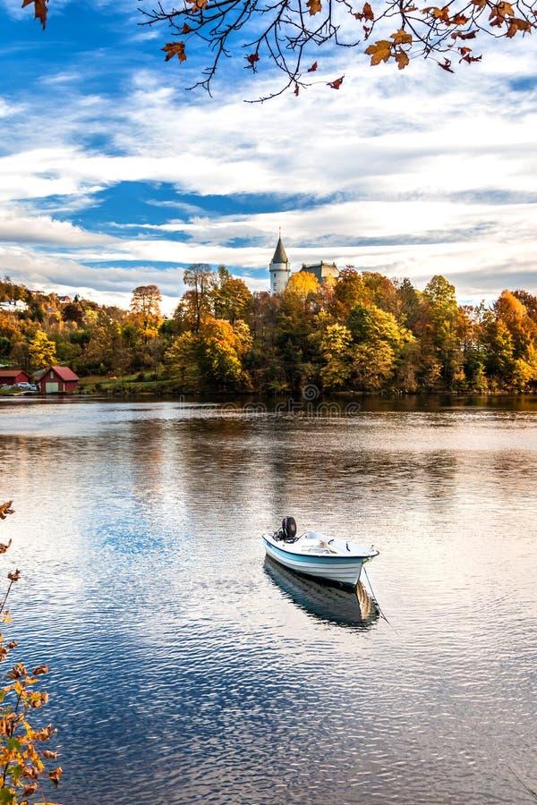 Automne rêveur, coloré et tranquille chez Gamlehaugen, un manoir et la résidence de la famille royale norvégienne à Bergen, Norvè image stock