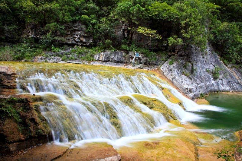 Automnes de l'eau et cascades YUN-Tai de la montagne Chine photographie stock libre de droits
