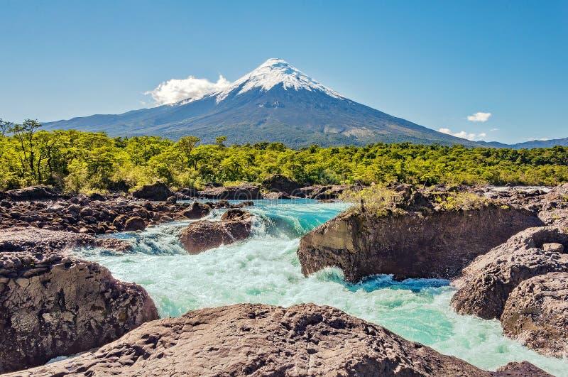 Automnes de Petrohue et volcan d'Osorno Patagonia du sud photo stock