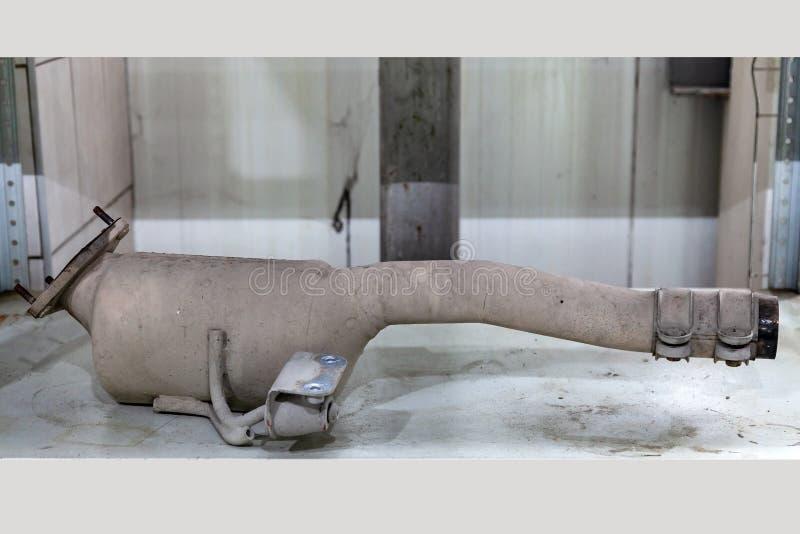 Automobieldiekatalysator uit een voertuig voor reparatie met een ceramische deklaag binnen als deel van een uitlaatsysteem wordt  royalty-vrije stock afbeeldingen