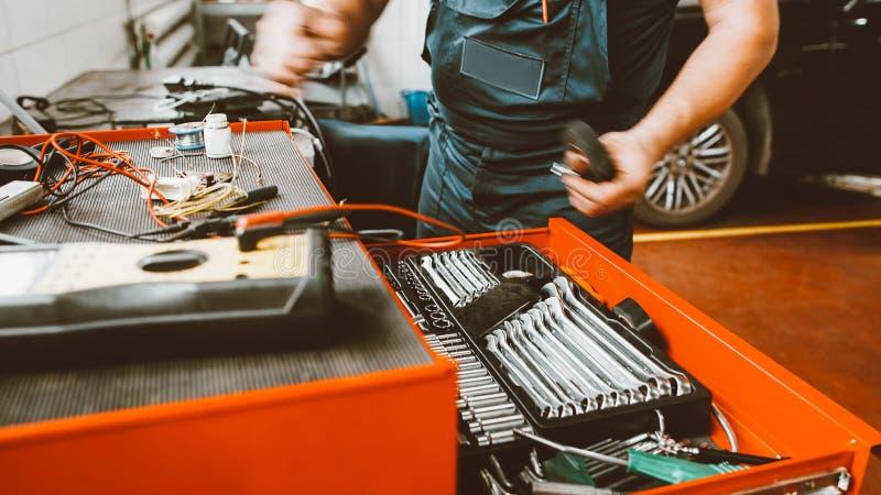 Automobiele de dienstgarage van het reparatiewerkplaatsvoertuig stock fotografie