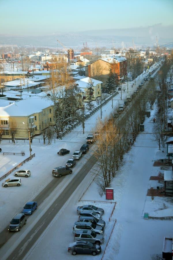 Automobiele opstopping in de Siberische stad in de winter stock fotografie