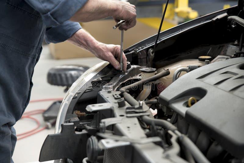 Automobil in der Reparaturwerkstatt lizenzfreie stockfotos