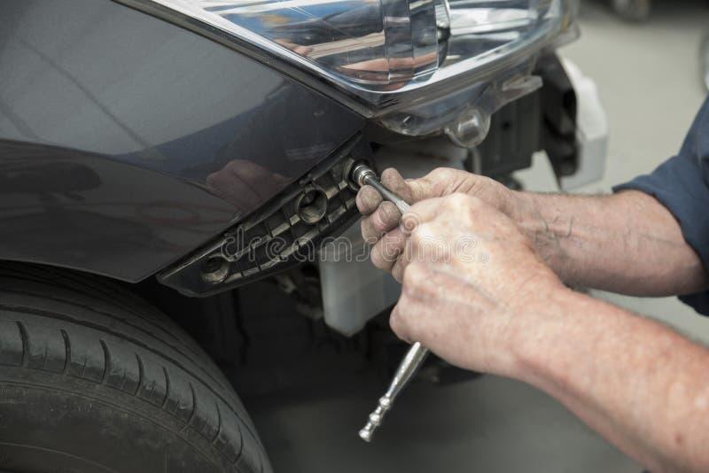 Automobil in der Reparaturwerkstatt stockfotografie