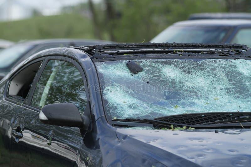 Automobil ruiniert durch Hagelsturm lizenzfreies stockfoto