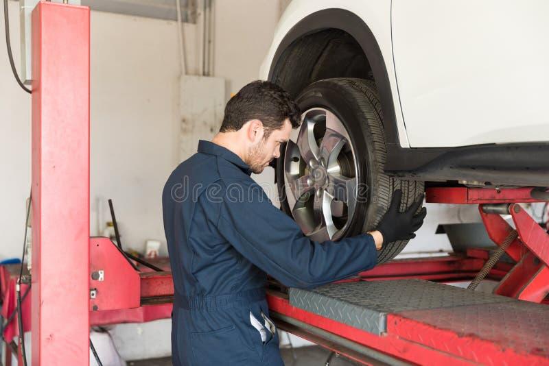 Automobilarbeitskraft-ändernder Reifen des Autos lizenzfreies stockbild