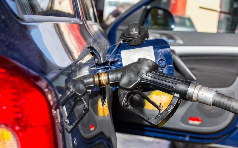 Automobile à la station-service, réservoir ouvert, remplissant de combustible photographie stock