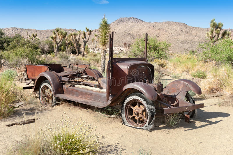 Automobile abbandonata in deserto fotografia stock