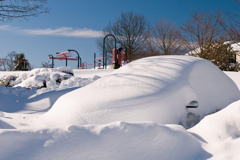 Automobile abbandonata dopo la bufera di neve fotografia stock libera da diritti